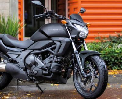 """""""Comfort, Technology und Experience"""" bietet ein Mittelklasse-Motorrad mit Doppelkupplungsgetriebe von Honda oder Die CTX700N, ein DCT-Motorrad"""