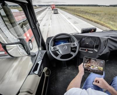 """Im Truck übernimmt die Technik das Steuer – Mit dem """"Highway-Pilot"""" im Mercedes-Benz Future Truck 2025 unterwegs"""